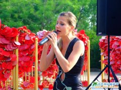 俄罗斯美女歌手真空演唱