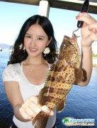无比养眼的美女钓鱼图片