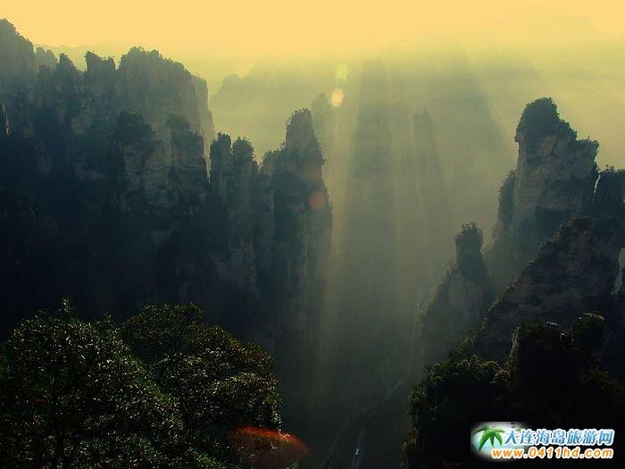 张家界旅游景点图片-奇峰石林的丁达尔效应1