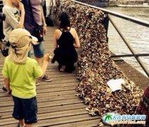 """巴黎著名景点爱情桥""""因不堪重负部分垮塌锁桥"""
