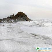 在万里雪飘的冬季大海如同一副水墨画