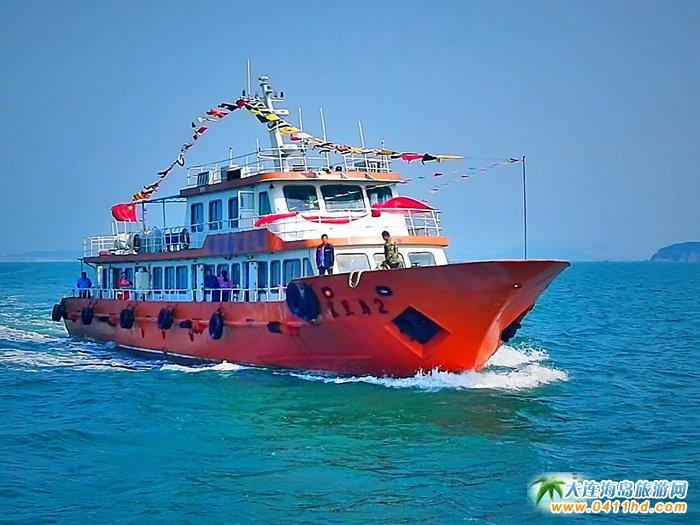 这是通往塞里岛的客轮,也加入到婚礼的船队中