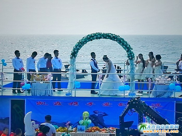 一对新人站在婚庆方舟的婚礼台上