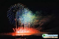 10月31日,10万枚烟花绽放大连金石滩度假区夜空